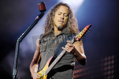 Fotomural PRAGA, REPÚBLICA CHECA - 7 DE MAIO DE 2012: Guitarrista Kirk Hammett de Metallica Durante uma apresentação em Praga, República Tcheca, 7 de maio de 2012.
