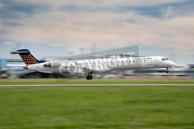 Fotomural PRAGA, REPÚBLICA CHECA - MAIO 13: Eurowings Bombardier CRJ-900 NG aterra no aeroporto de PRG em 13 de maio de 2015. Eurowings é uma companhia aérea low-cost alemã com sede em Düsseldorf.