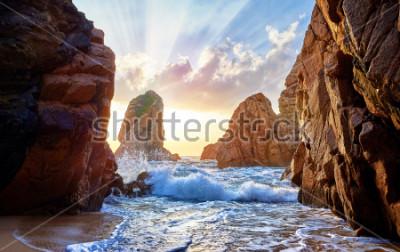 Fotomural Praia da areia entre rochas no por do sol da noite. Praia de Ursa perto do cabo Roca (Cabo a Dinamarca Roca) na costa de Oceano Atlântico em Portugal. Paisagem de verão.