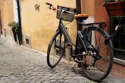 Fotomural Preto moto clássica em uma rua romana
