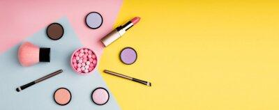 Fotomural Produtos de maquiagem e cosméticos decorativos na cor de fundo plano leigos. Moda e beleza conceito de blogging. Formato web longo para banner