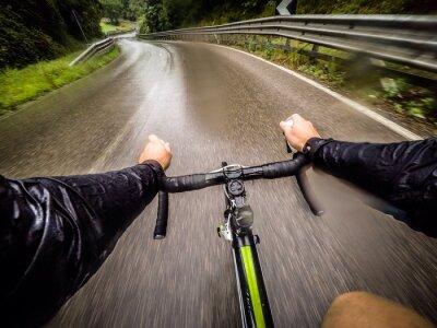 Fotomural ragazzo em bicicletta con la pioggia. pov ponto de vista original