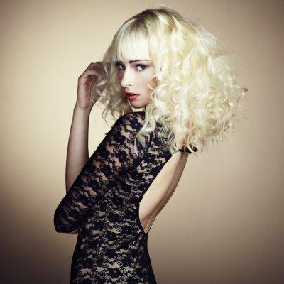 Fotomural Retrato da menina loura nova bonita no vestido preto