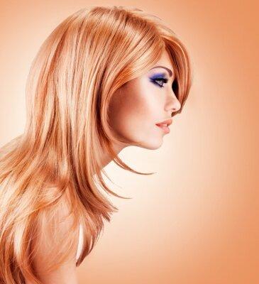 Fotomural Retrato de uma mulher muito bonita, com longos cabelos vermelhos Perfil