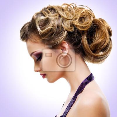 Fotomural Retrato do perfil da mulher com penteado da forma