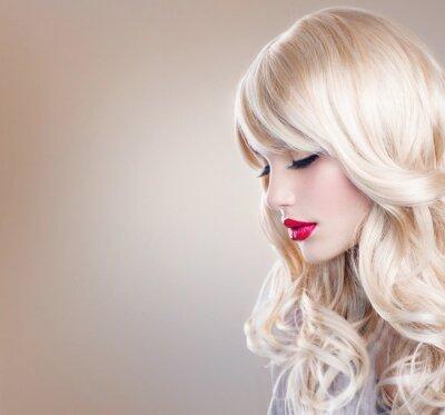 Fotomural Retrato louro da mulher. Menina loura bonita com cabelo ondulado longo