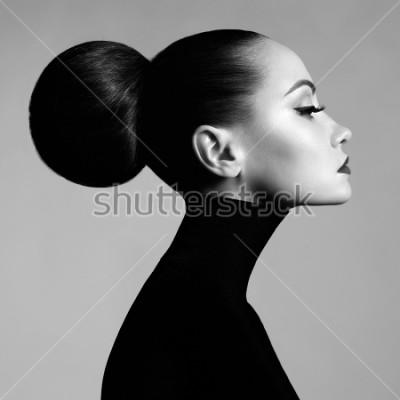Fotomural Retrato preto e branco do estúdio da arte da forma da mulher elegante bonita na gola alta preta. O cabelo é coletado em feixe de luz. Estilo de balé elegante