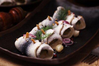 Fotomural Rolado arenque em vinagre, servido com cebolas e picles.