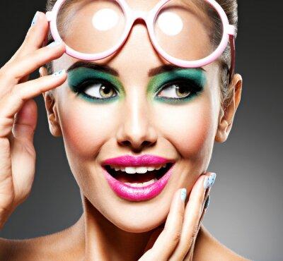Fotomural Rosto de uma linda garota expressiva com maquiagem moda
