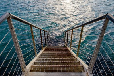 Fotomural Rusty escada para o mar profundo