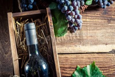 Fotomural Saboroso vinho tinto na caixa de madeira