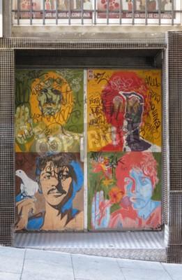 Fotomural SALAMANCA, ESPANHA - CIRCA JUNHO DE 2015: os retratos do pop art dos Beatles de Richard Avedon (1967), reproduzidos em uma porta do clube noturno, com graffiti