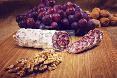 Fotomural Salame, nozes, madeira, prato, uvas