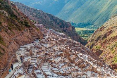 Fotomural SALINAS, PERU - 21 DE MAIO DE 2015: Turistas visitam salinas (Salinas) no Vale Sagrado dos Incas, Peru