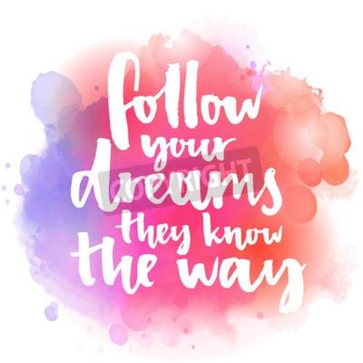 Fotomural Siga seus sonhos, eles sabem o caminho. Citações inspiradas sobre vida e amor. Texto moderno da caligrafia, escrito à mão com escova no fundo cor-de-rosa e alaranjado do respingo da aguarela com bokeh