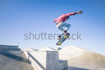 Fotomural Skatista fazendo um truque em um parque de skate