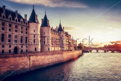 Fotomural Skyline bonita de Paris, France, com Conciergerie, Pont Neuf no por do sol. Fundo colorido de viagens. Paisagem urbana romântica.