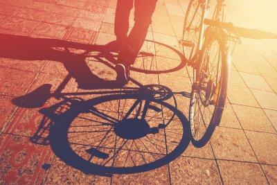 Fotomural Sombra no pavimento, o homem Empurrar Bicicleta