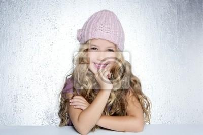 Fotomural Sorrindo gesto pouco boné rosa do inverno da menina do retrato 16e6a573a55