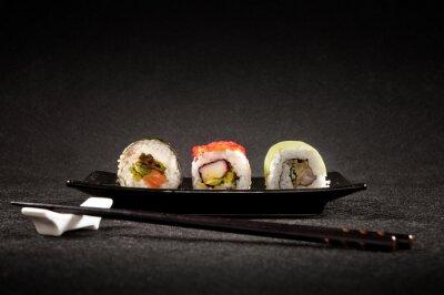 Fotomural Sushi de luxo em fundo preto - culinária japonesa