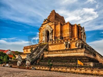 Fotomural Templo budista Wat Chedi Luang. Chiang Mai, Tailândia