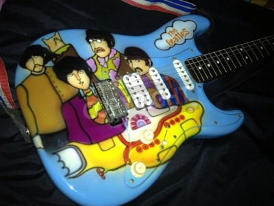 Fotomural The Beatles Yellow Submarine theme airbrushed on a stratocaster guitar