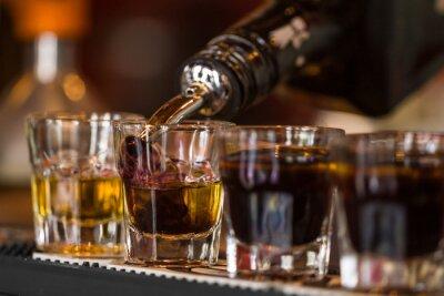 Fotomural Tiros com uísque e liqquor em bar
