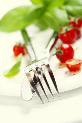 Fotomural tomates frescos, faca e garfo em um prato