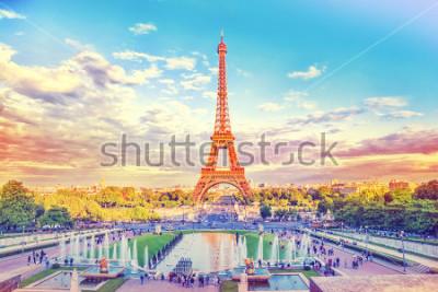 Fotomural Torre Eiffel e fonte nos Jardins do Trocadero, Paris, França. Fundo de viagens com filtro instagram vintage retrô