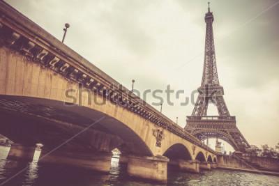 Fotomural Torre Eiffel e Jena ponte em um dia nublado