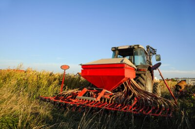 Fotomural Trator com semeadora no campo