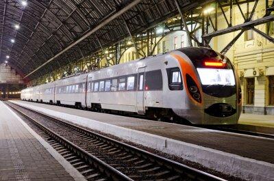 Fotomural Trem de alta velocidade na estação ferroviária