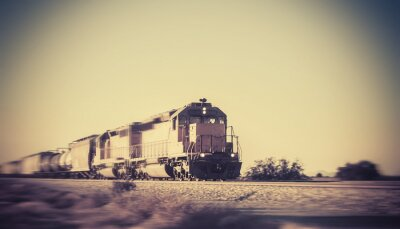 Fotomural Trem de carga viaja através do deserto do Arizona