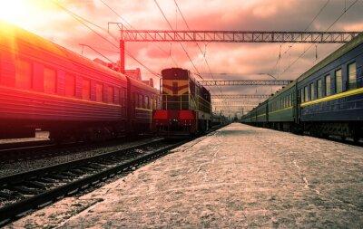 Fotomural Trem nos raios do sol vermelho