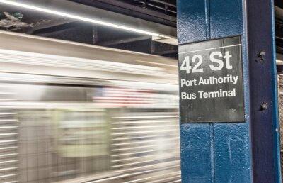 Fotomural Trem que apressa-se acima no metro de New York. 42 st