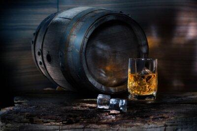 Fotomural Um copo de uísque com gelo no fundo barril