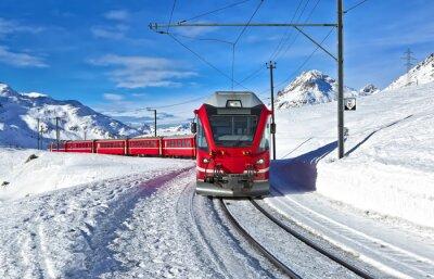 Fotomural Um trem suíço vermelho correndo pela neve