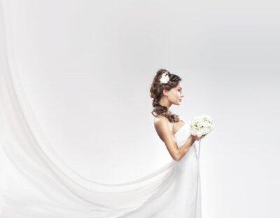 Fotomural Uma jovem noiva caucasiano que levanta em um vestido branco com flores
