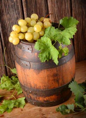 Fotomural Vecchia Botte di vino con grappolo di uva
