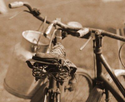 Fotomural Velha bicicleta do século passado usada para transportar o leite por mi