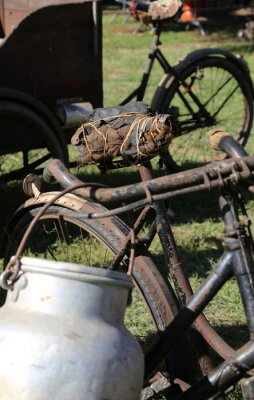 Fotomural Velho latão de alumínio usado por agricultores