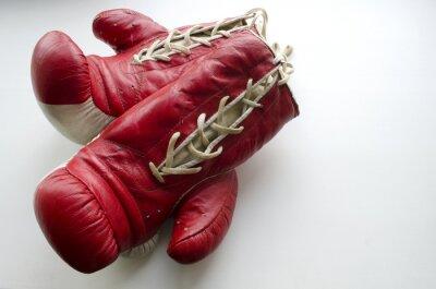 Fotomural Velho vermelho e branco luvas de boxe em um fundo claro