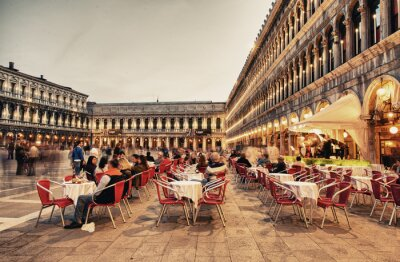 Fotomural VENEZA, ITALY - 23 mar 2014: Os turistas apreciam café na Piazza San