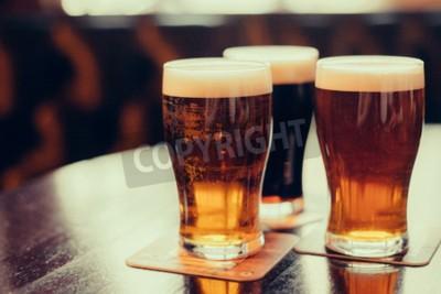 Fotomural Vidros da cerveja clara e escura em um fundo da publicação.