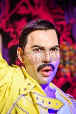 Fotomural VIENA, ÁUSTRIA - 08 DE AGOSTO DE 2015: Figurine de Freddie Mercury no museu da cera de Madame Tussauds.