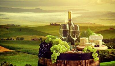 Fotomural Vinho branco com barril no vinhedo em Chianti, Toscana, Itália