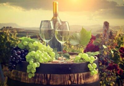 Fotomural Vinho branco com barril no vinhedo na Toscana, Itália