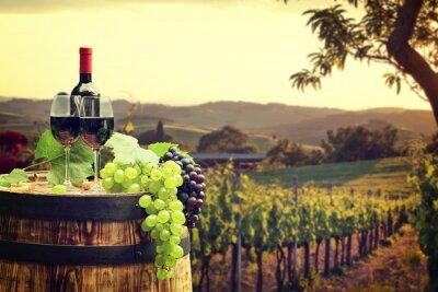 Fotomural Vinho tinto com barril em vinhedo em verde Toscana