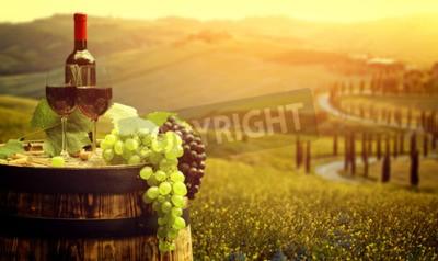 Fotomural Vinho tinto com barril no vinhedo em verde Toscana, Itália