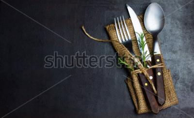 Fotomural Vintage rústico conjunto de faca de cutelaria, colher, garfo. Fundo preto. Vista do topo